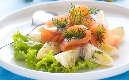 Potato salad with smoked salmon and lettuce