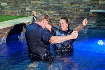 En 36 ans de ministère, le pasteur Rick Warren a baptisé près de 45 000 personnes