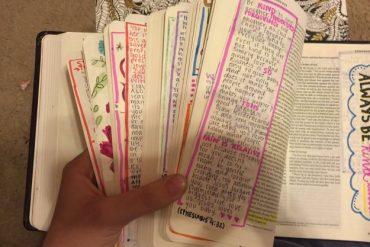 Comme cadeau, elle offre à son chéri une Bible dont elle a personnalisé les 1000 pages !