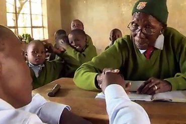 Kenya : A 90 ans, elle s'inscrit à l'école primaire pour enfin apprendre à lire